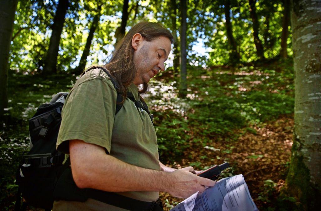 Stimmt die Route? Andreas Berger ist ein echter Profi und seit elf Jahren Geocacher. Ihn begeistert die Verbindung zwischen Natur und Technik. Foto: Gottfried Stoppel