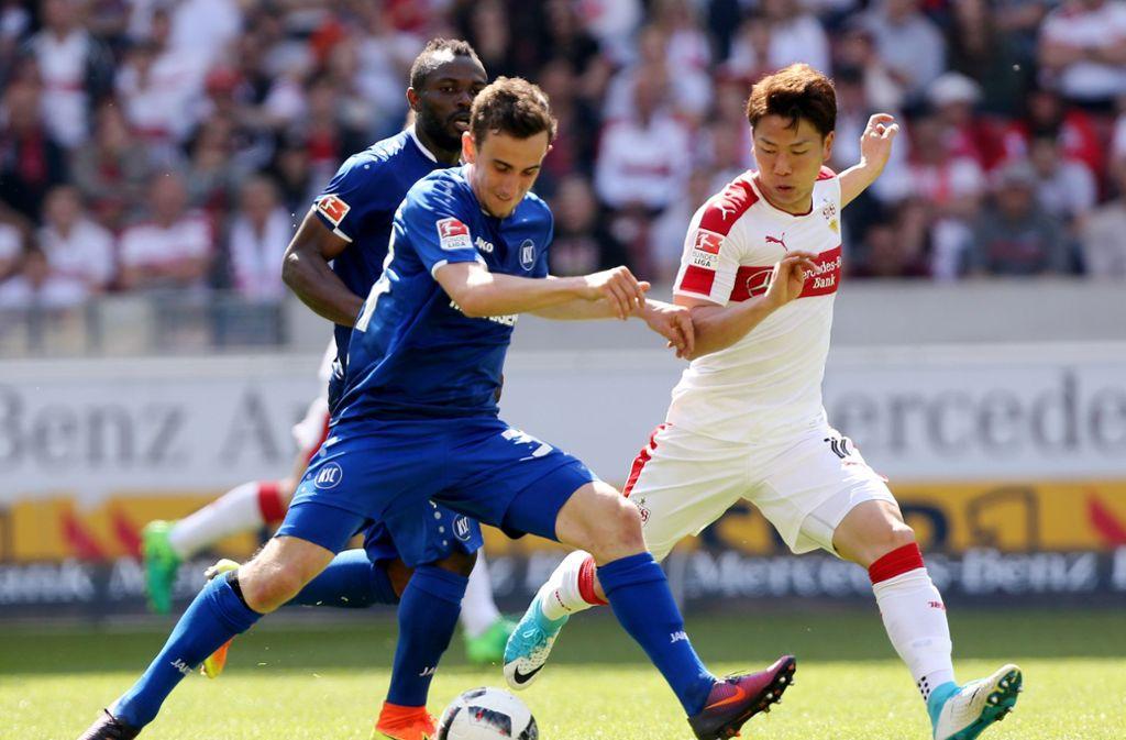 Szene aus dem letzten Derby in Stuttgart – Takuma Aasano erzielte dabei beide Treffer für den VfB beim 2:0-Sieg. Foto: Pressefoto Baumann/Julia Rahn