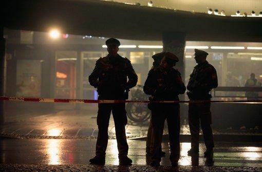 Mit Maschinenpistolen bewaffnete Polizisten bewachten in Kampfmonturen nachts den Hauptbahnhof. Foto: Getty Images Europe
