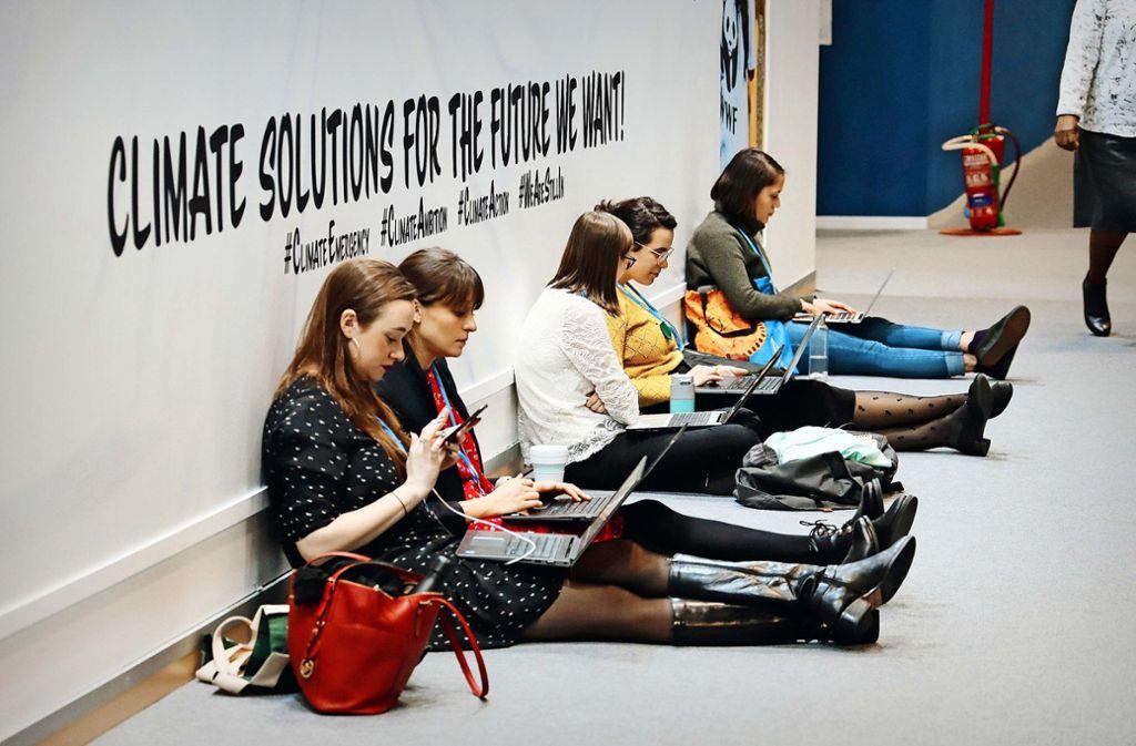 Messeatmosphäre: junge Klimaaktivistinnen mit ihren Laptops Bei der Klimakonferenz haben am Dienstag offiziell die Verhandlungen auf Ministerebene begonnen.Indigene  protestieren   gegen Umweltverschmutzung bei der Ölförderung. Auch die Klimaaktivistin Greta Thunberg  ist vor Ort. Foto: dpa/C. Margais/Clara Margais, Bernat Armangue