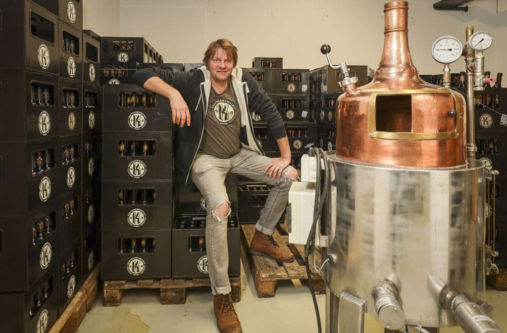 Auf seinen Braukesseln probiert Oliver Koblenzer gerne neue Rezepturen aus, richtig gebraut wird aber in der Brauerei. Foto: factum/Simon Granville