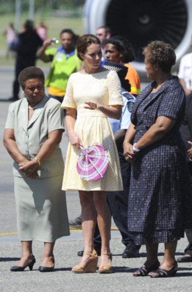 Honiara, 18. September: Beim Abflug nach Tuvalu trägt Kate ein zartgelbes Kleid mit Lochstickerei eines independent designer, wie der Hof geheimnisvoll schreibt. Wer sich dahinter verbirgt? Die Modeblogger werden es früher oder später herausfinden... Foto: dpa