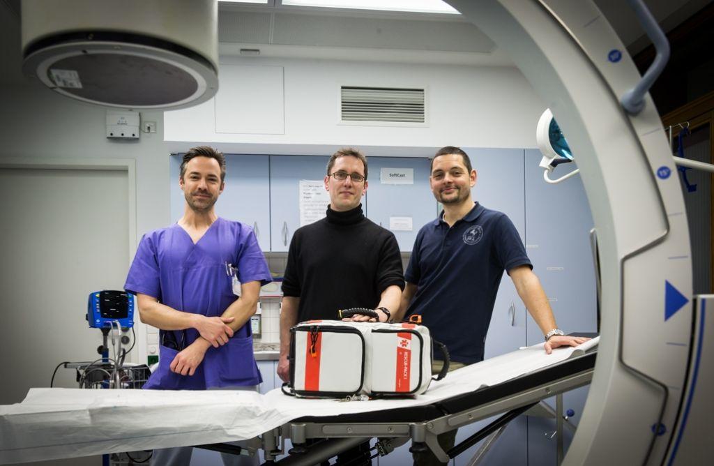 Anästhesisten und Organisationstalente: Simon Reichenauer, Stephan Rauscher und Christian Menzel (von links) mit dem Notfallkoffer für den EinsatzFotos:Lichtgut/Achim Zweygarth Foto: