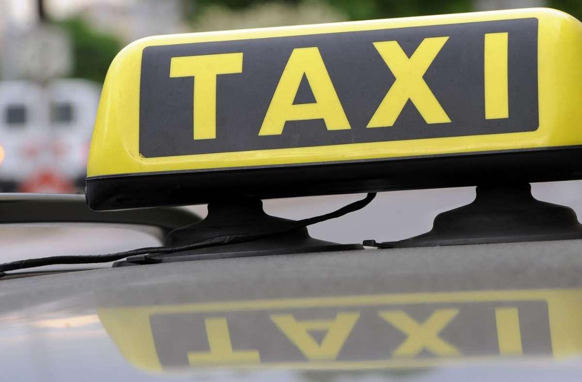 Der Streit zwischen einem Taxifahrer und seinen Fahrgästen ist eskaliert. (Symbolbild) Foto: dpa/Franziska Kraufmann