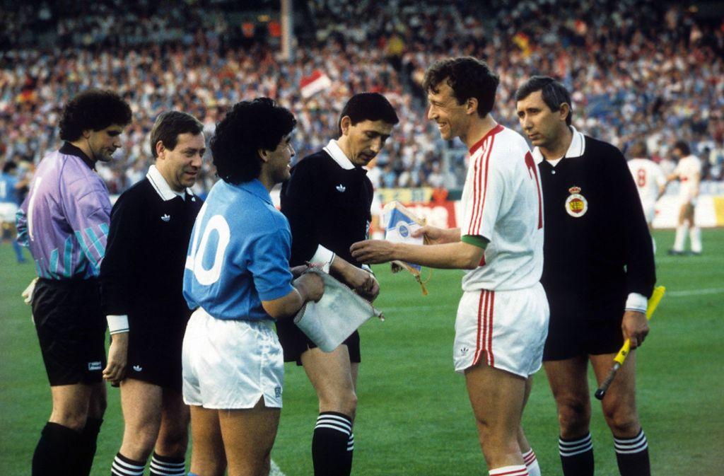 Wimpelübergabe vor dem Anpfiff in Stuttgart: Die damaligen Kapitäne Diego Maradona und Karl Allgöwer. Foto: imago sportfotodienst