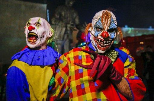 Clown sticht auf Jugendlichen ein