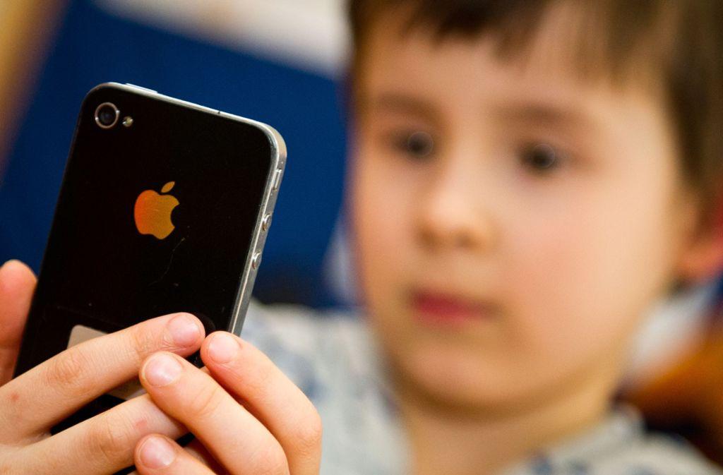 Ärzte raten davon ab, dass Kinder viel Zeit mit dem Smartphone verbringen. Foto: picture alliance / dpa/Ole Spata