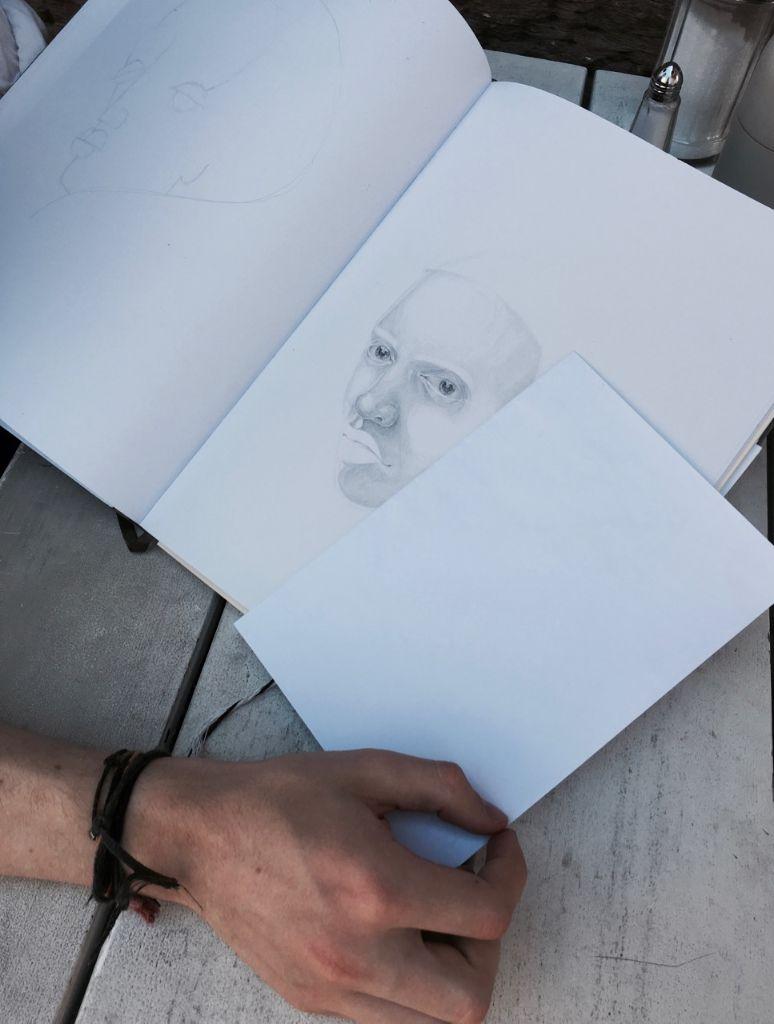 Bei dem realistischeren Bild lässt Hendricks Mund und Augenbrauen absichtlich weg, es ist seine Art zu zeichnen. Foto: Tanja Simoncev