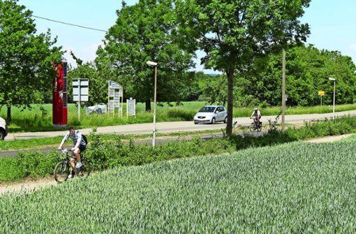 Radler ziehen Feldweg dem neuen Radweg vor