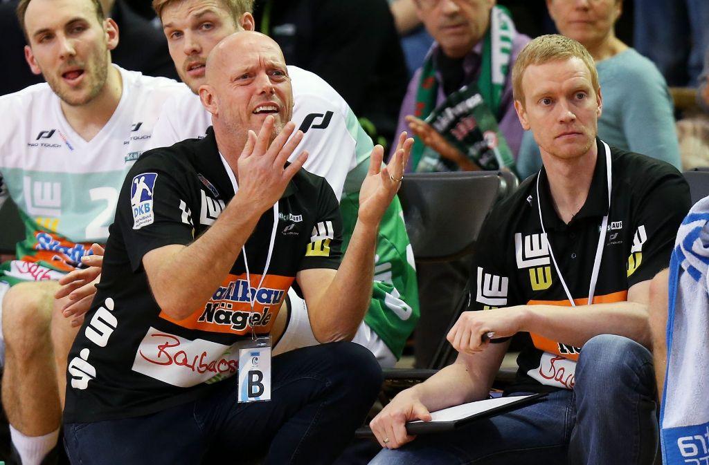 Sitzt als Sportlicher Leiter auch auf der Bank von Frisch Auf Göppingen: Christian Schöne (re., neben Chefcoach Magnus Andersson). Foto: Baumann