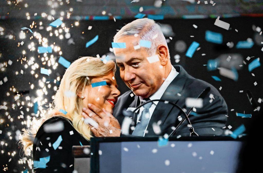 Große Inszenierung eines Zittersiegs: Ministerpräsident Benjamin Netanjahu und seine Frau Sara lassen sich feiern. Foto: AFP
