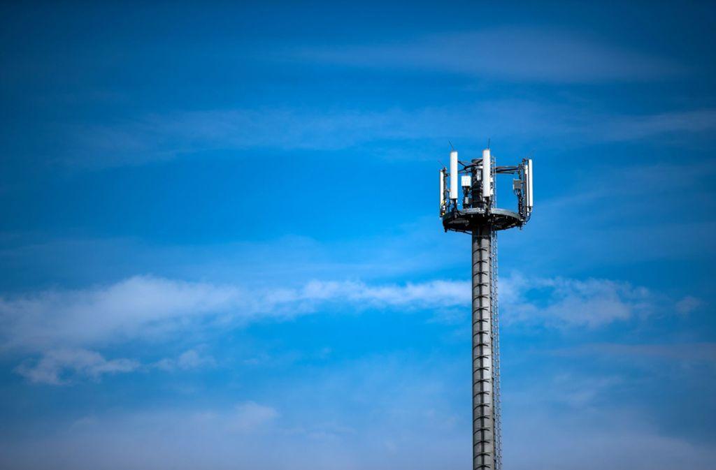 Ein Mast mit verschiedenen Antennen von Mobilfunkanbietern in Mecklenburg-Vorpommern. Foto: dpa/Jens Büttner