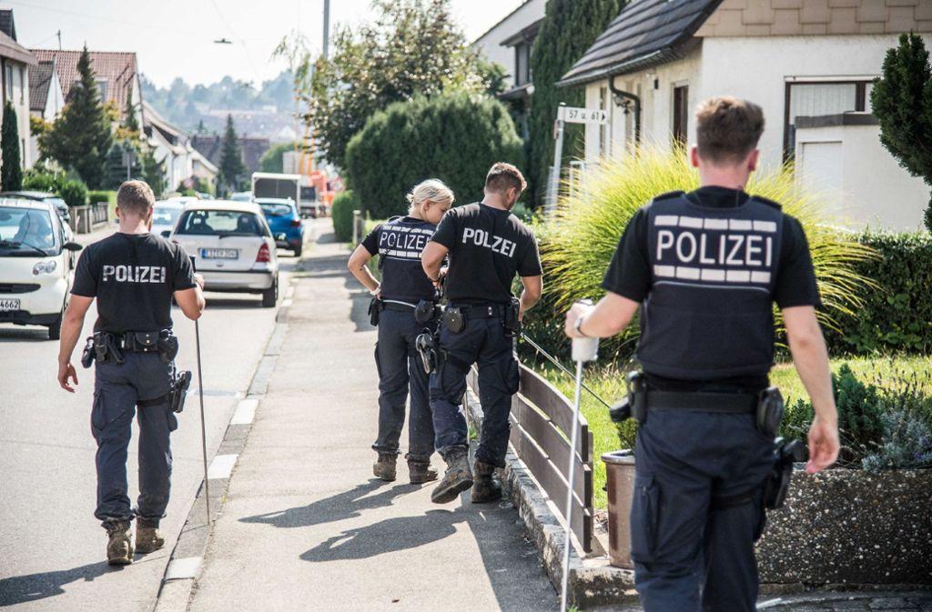 Die Polizei sucht in der  Lindenstraße in Neuhausen nach dem Tötungsdelikt nach Spuren. Foto: SDMG