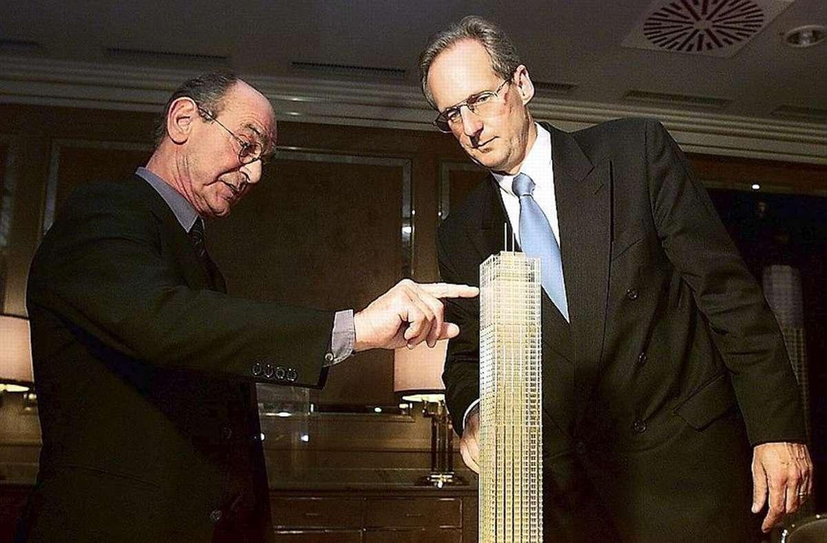 Architekt Schweger mit dem damaligen Oberbürgermeister Wolfgang Schuster (rechts) 2001 mit dem Turm-Modell Foto: Uli Kraufmann