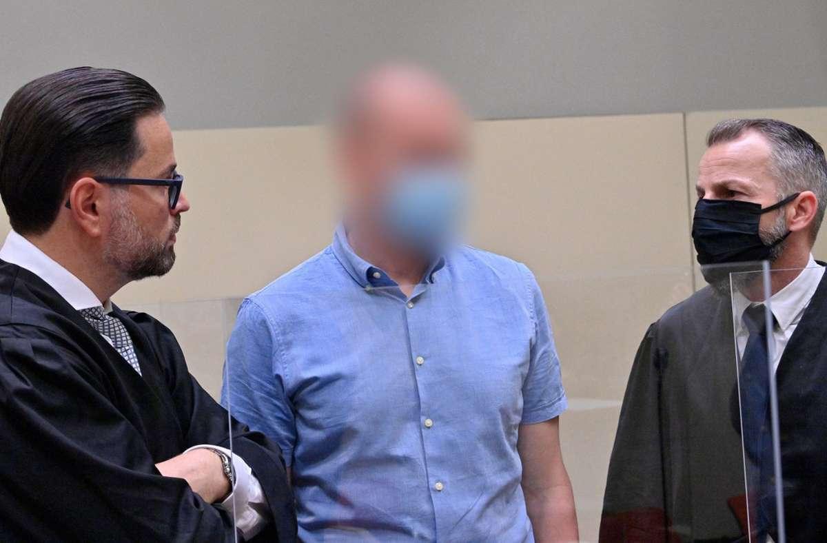 Der wegen Blutdoping Angeklagte Mark S.(M) steht beim Beginn des Prozess gegen ihn wegen des Verdachts des Verstoßes gegen das Arzneimittel- und Dopinggesetze mit seinen Anwälten  zusammen. Foto: dpa/Peter Kneffel