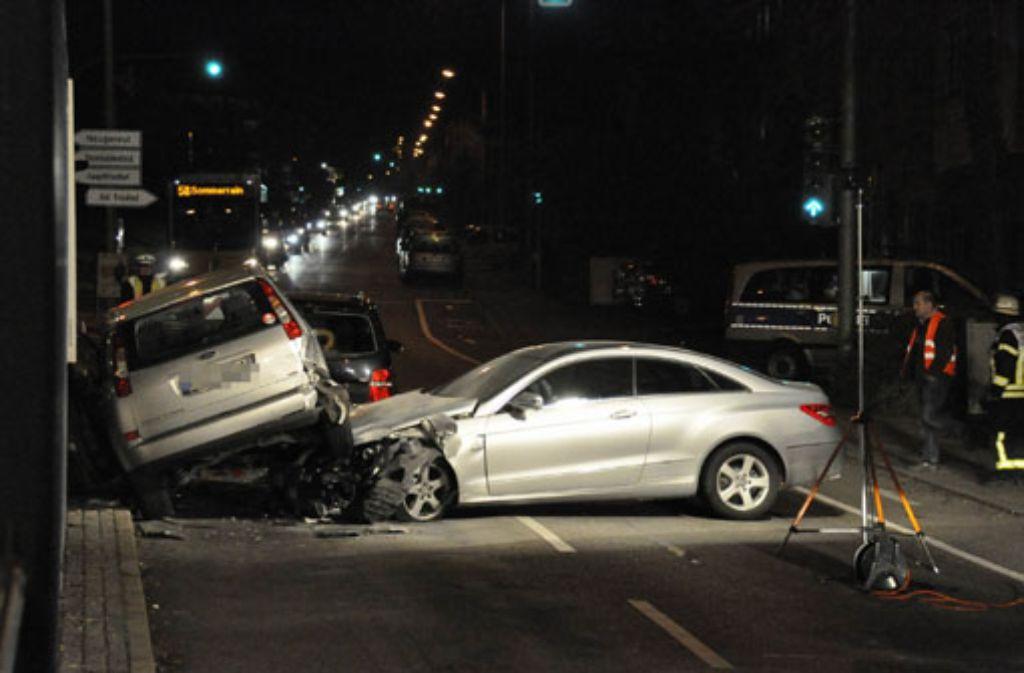 84-Jähriger fällt am Steuer seines Mercedes in der Schmidener Straße in Bad Cannstatt in Ohnmacht und verursacht einen Verkehrsunfall, bei dem fünf Personen verletzt werden. Foto: www.7aktuell.de