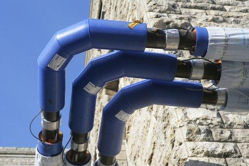 Offenbar muss die Bahn noch mehr Grundwasser als urspünglich geplant durch die blauen Rohre in der Innenstadt leiten. Foto: Achim Zweygarth