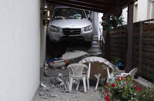 Mann durchbricht Garagenwand