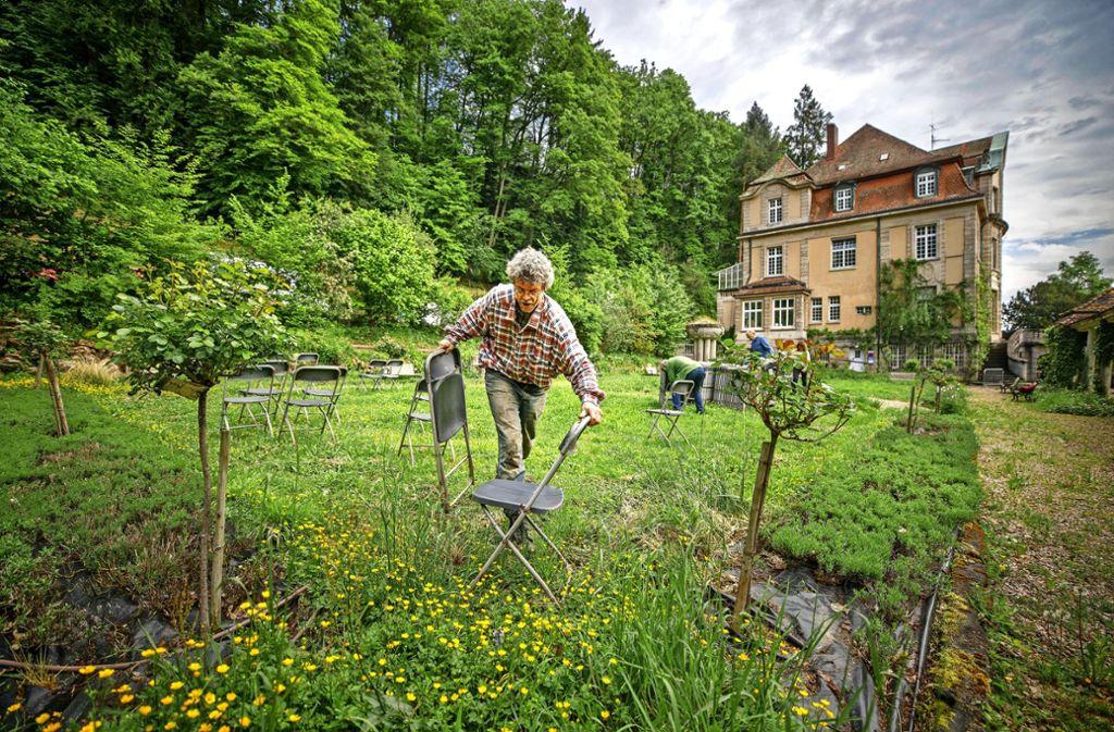 Patrick Siben  hat im Park der  Villa Franck in Murrhardt rund 80 Sitzgelegenheiten aufgestellt. Foto: Gottfried Stoppel