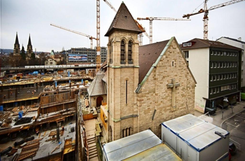 Baucontainer verstellen derzeit die Sicht auf die Kirche in der Sophienstraße. Foto: Heiss