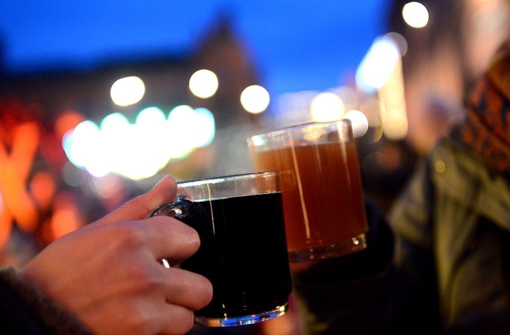 Heißer Glühwein schmeckt doch am besten, wenn es draußen richtig kalt ist. Foto: dpa-Zentralbild