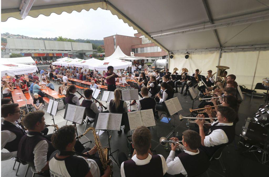 Die Jugendkapelle des Musikvereins Stadtkapelle ist auch beim diesjährigen Rathausplatzfest ein wichtiger Bestandteil. Das Bild zeigt den Auftritt im Vorjahr. Foto: factum/Simon Granville