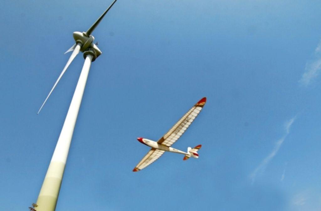 Rund um das Windrad des Grünen Heiners lassen Hobbypiloten seit vielen Jahren ihre Modellflieger kreis Foto: Archiv  Chris Lederer