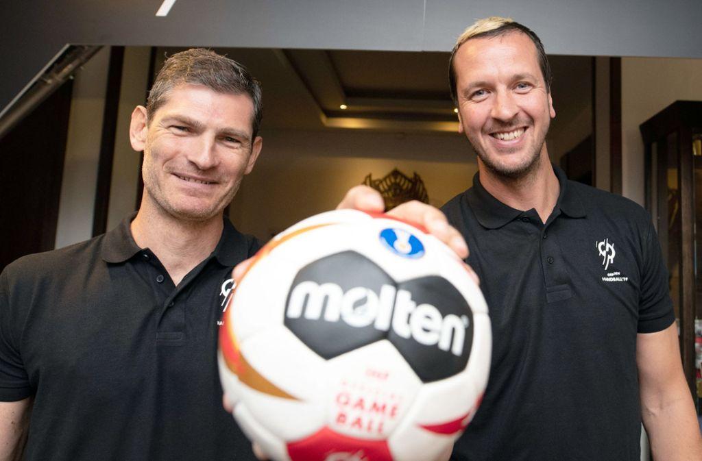 Henning Fritz (l) und Pascal Hens, ehemalige Handballer und WM-Botschafter, freuen sich. Auch die EM 2024 ist nach Deutschland vergeben worden. Foto: dpa