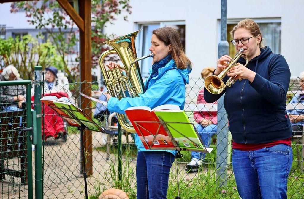 Karin Vogt (links) und Mirjam Schlotz vom Posaunenchor in Münchingen packen ihre Instrumente für die Senioren im Spitalhof  aus. Foto: factum/Simon Granville