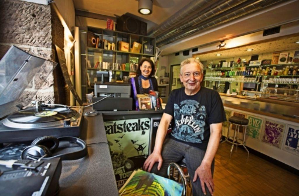 Brigitte und Karl-Heinz Ratzer bieten in ihrem Laden neben Musik auch ein Frühstück oder ein kühles Bier an. Weitere Eindrücke aus den Stuttgarter Plattenläden vermittelt die folgende Bilderstrecke. Foto: Michael Steinert