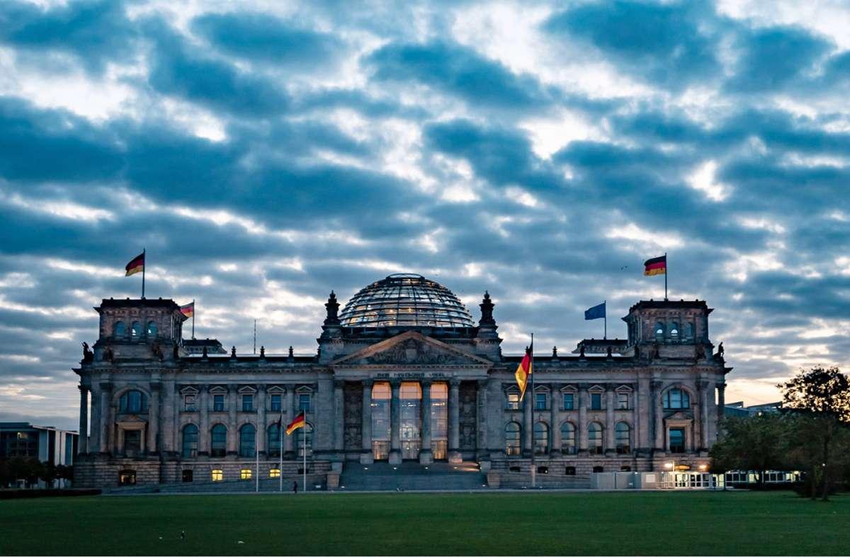 Da das Reichstagsgebäude unter besonderem Schutz steht, wurden zunächst mehr Einsatzkräfte alarmiert, als letzendlich nötig. (Symbolbild) Foto: imago images/Jürgen Ritter/Jürgen Ritter via www.imago-images.de