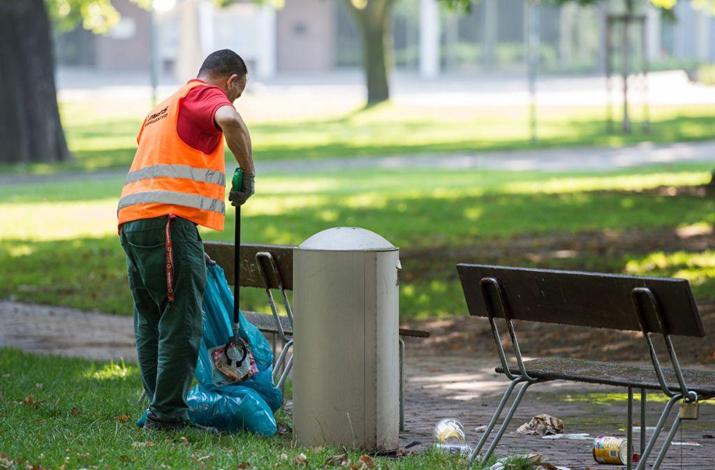 Wer den Zigarettenstummel oder andere Gegenstände in Stuttgart achtlos wegwirft, muss wohl bald tief in die Tasche greifen. Foto: dpa
