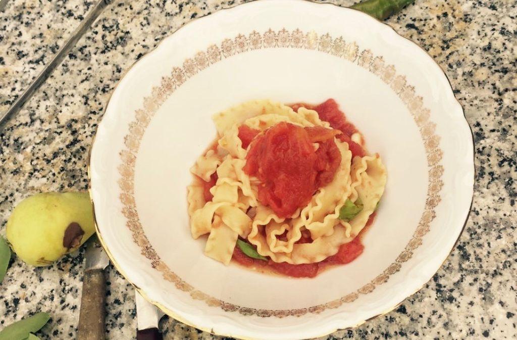 Der Klassiker Pasta mit Tomatensoße mal anders: Und zwar mit Reginette und einer Soße aus gegrillten Tomaten. Foto: Marco Cannizzo