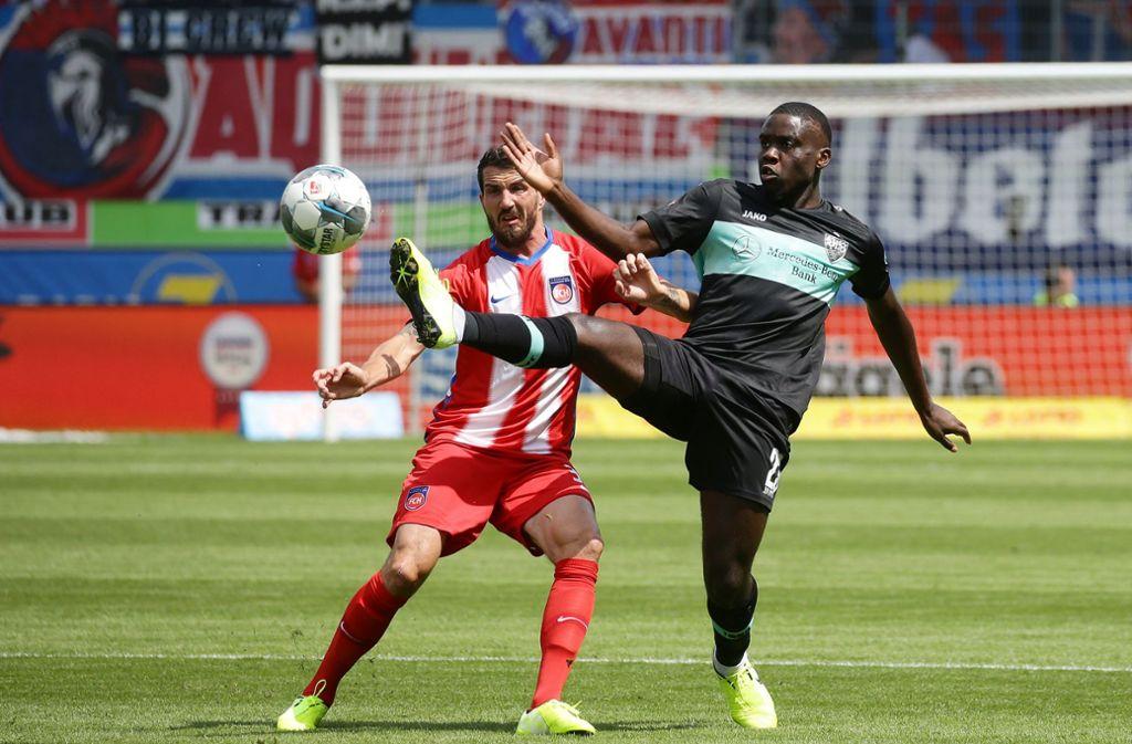 Orel Mangala  (rechts) behauptet den Ball im schwarz-mintfarbenen Trikot vor Heidenheims Norman Theuerkauf. Foto: Pressefoto Baumann