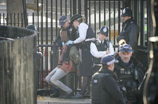 Polizei überwältigt verdächtigen Mann am Parlament