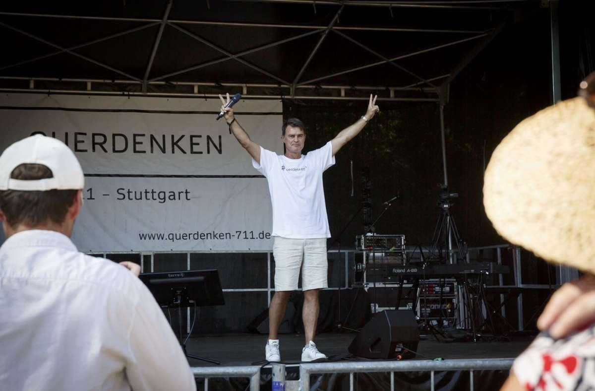 Ex-Nationalspieler Thomas Berthold bei einer Querdenken-Demo. Foto: Lichtgut/Julian Rettig