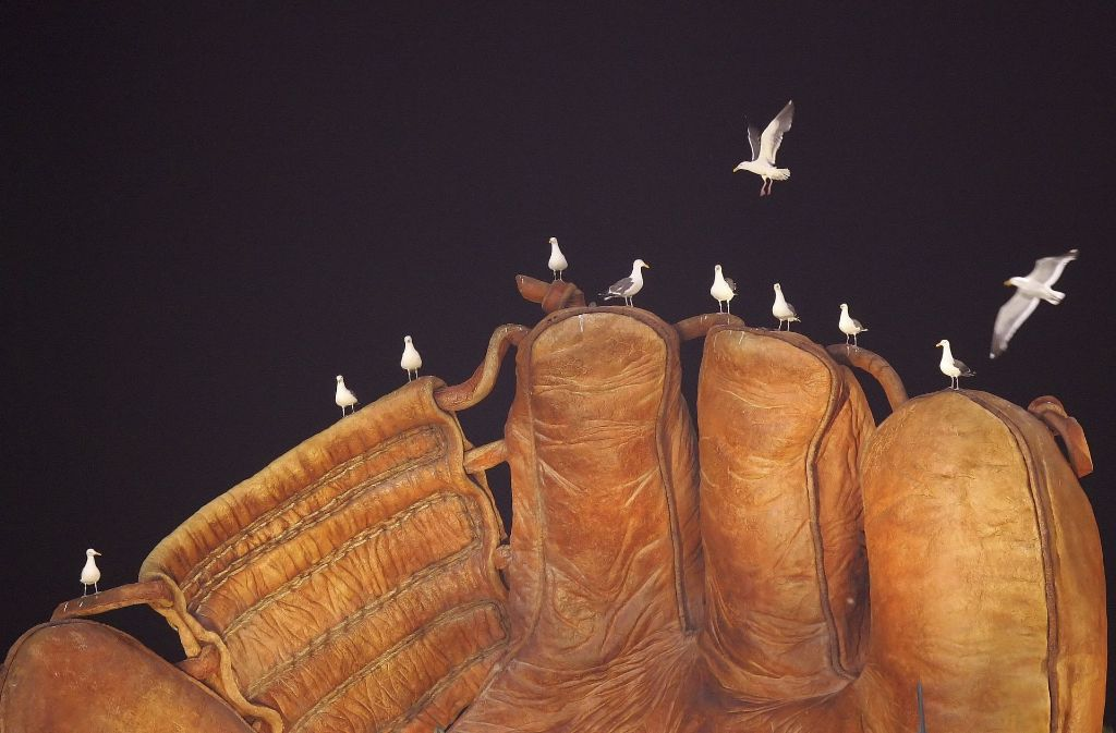 Wie die Hühner auf der Stange: Neun Möwen auf dem Riesenhandschuh. Zwei weitere auf Platzsuche. Foto: AP