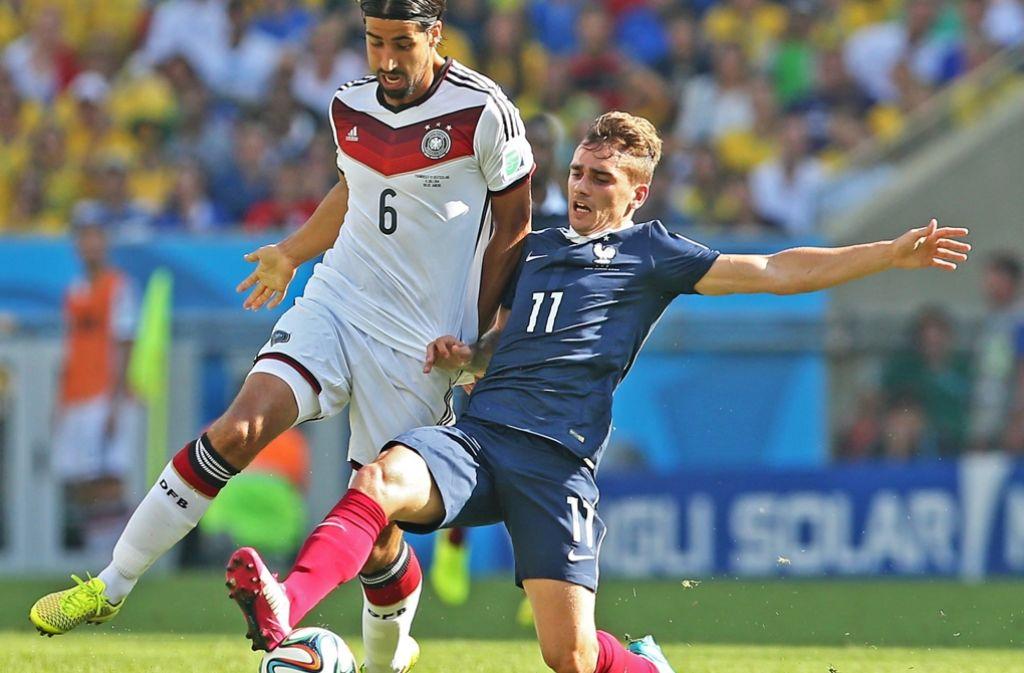 Deutschlands Sami Khedira (links) und der Franzose Antoine Griezmann im Kampf um den Ball im WM-Viertelfinale in Brasilien Foto: EPA