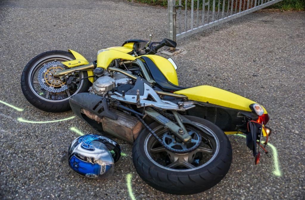 Ein 59-jähriger Motorradfahrer prallt auf der B 297 bei Birenbach mit einem Ford zusammen und wird dabei schwer verletzt. Foto: SDMG