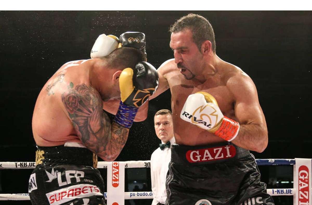 """Boxer Firat Arlsan (re.) hat einen Traum: """"Ich will noch einmal Weltmeister werden."""" Foto: Imago/Tom Helmke"""
