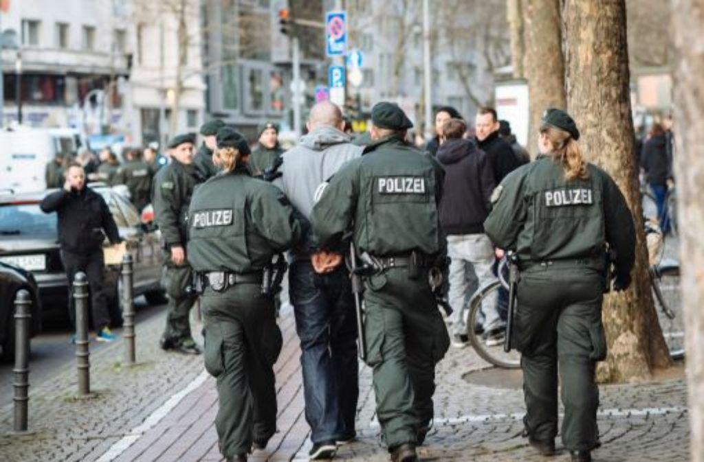 Die Polizei hat in Köln zahlreiche Randalierer festgenommen.  Foto: dpa