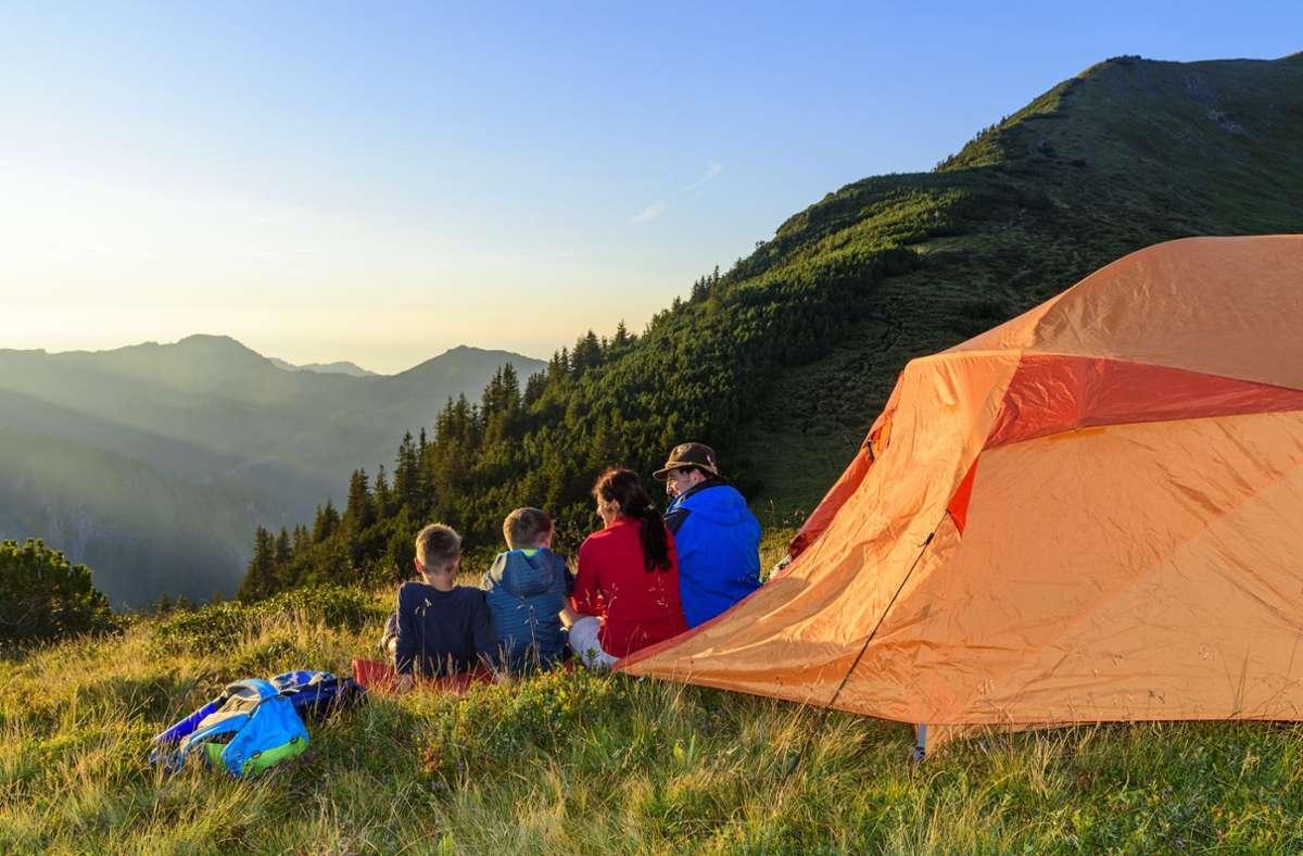 Natürlich sieht so ein Urlaub im Zelt sehr idyllisch aus. Wenn keine Schnaken da sind. Und die Temperaturen nachts nicht in den einstelligen Bereich wandern. Und wenn es trocken bleibt. Dann ist's ganz schön. Foto: ARochau - stock.adobe.com