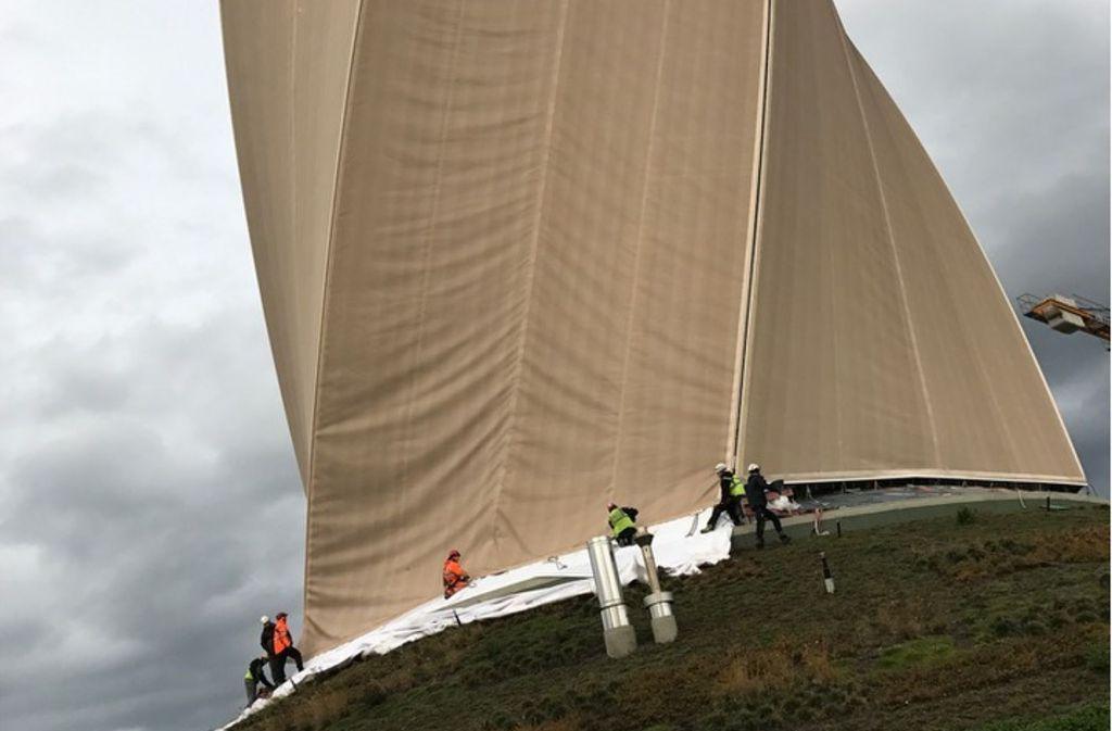 Mit einem Jahr Verspätung sind die Monteure am Fuß des Testturms angekommen. Foto: Thyssen-Krupp