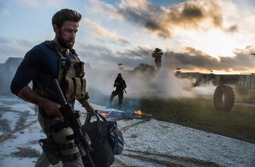 """Jack Silva (John Krasinski) und eine Handvoll anderer Amerikaner müssen sich in """"13 Hours"""" gegen eine Übermacht islamistischer Kämpfer behaupten. Foto: Paramount Pictures"""