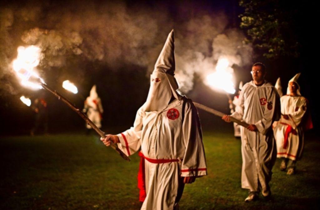 Den Ku-Klux-Klan  fanden einige Polizisten sehr interessant. Foto: dpa
