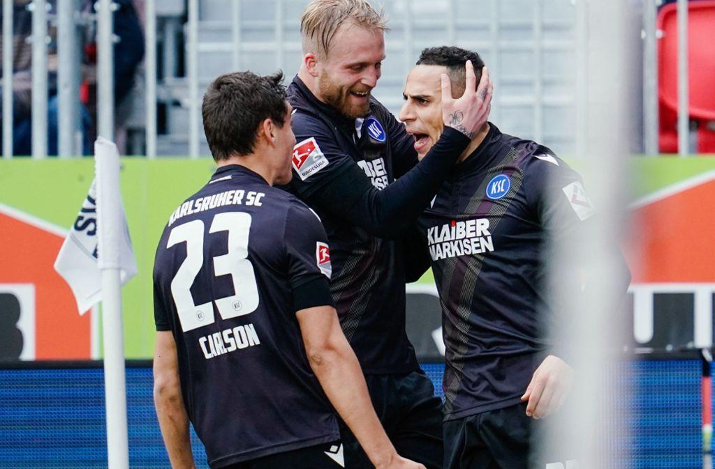 Änis Ben-Hatira (rechts) freut sich über seinen Treffer zum 2:0. Foto: dpa/Uwe Anspach