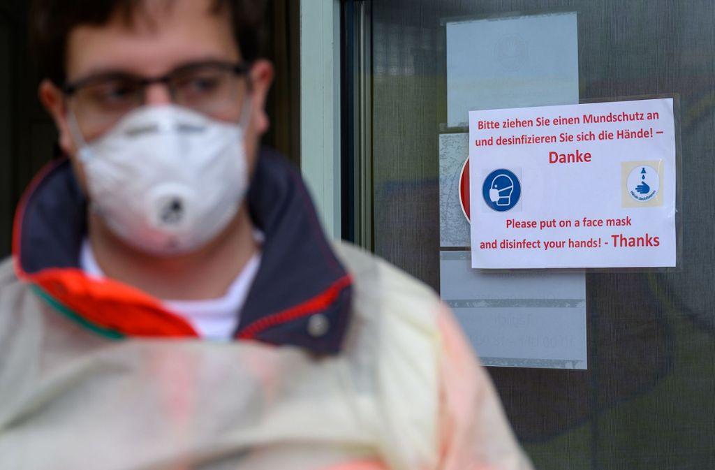 In Stuttgart werden Blutproben auf das Coronavirus getestet. (Archivbild) Foto: dpa/Sebastian Gollnow
