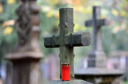 Auf dem Friedhof bewusstlos geschlagen
