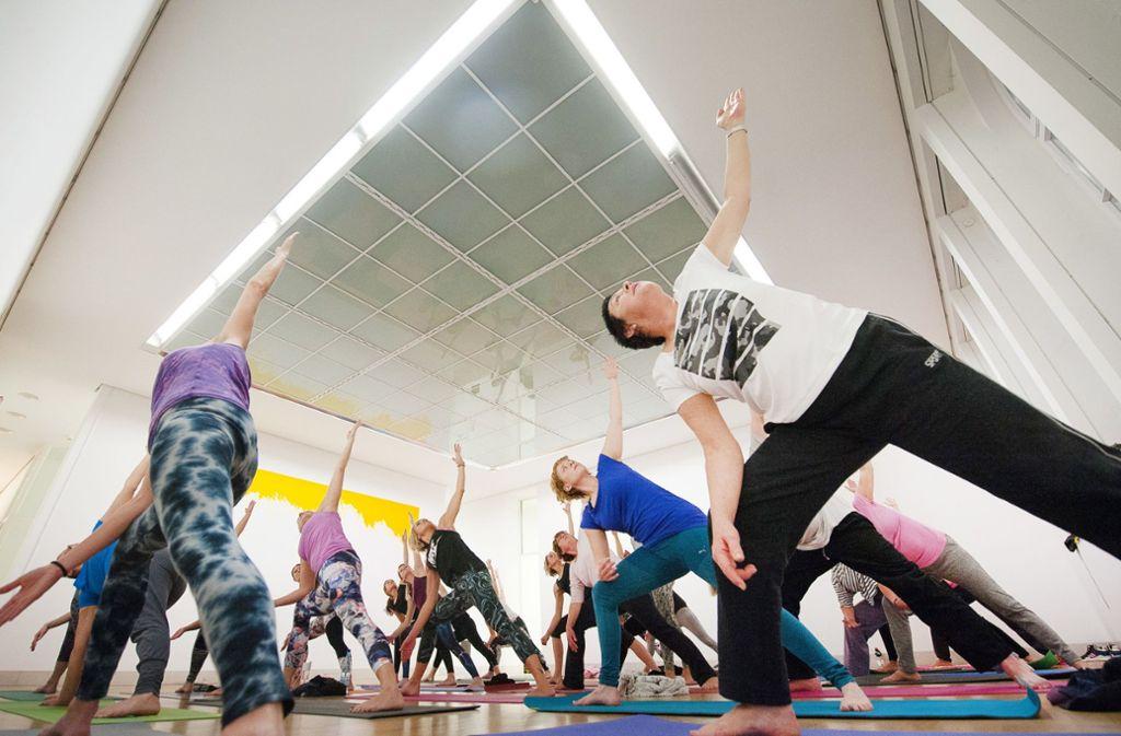 Besonders beliebt sind Yogakurse. Foto: dpa