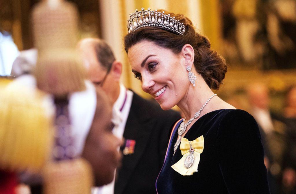 Glamouröser wird's nicht: Herzogin Kate legt beim Diplomatenempfang in Buckingham Palace den ganz großen Auftritt hin. Foto: imago images// Pool via www.imago-images.de